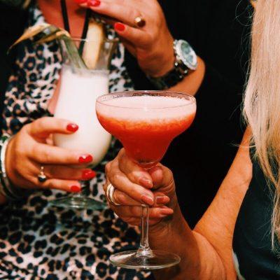 dependance cocktail genieten met vrienden drinken